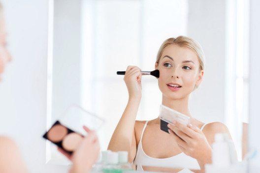 Man kann das Gesicht ganz einfach schmaler schminken. (Bild: Syda Productions – Shutterstock.com)