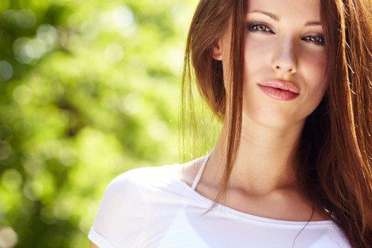 Trotz Hitze wollen die meisten Frauen auch im Sommer nicht auf Make-up verzichten. (Bild: Zoom Team – Shutterstock.com)