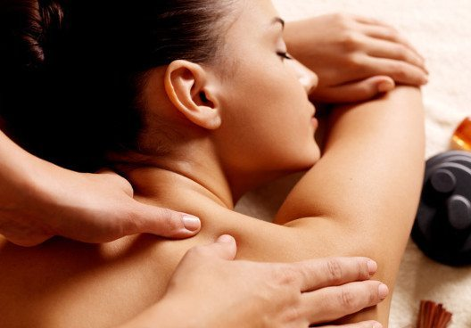 Die Massage wirkt sich auf das Wohlbefinden von Körper und Seele sehr positiv aus. (Bild: Valua Vitaly – Shutterstock.com)