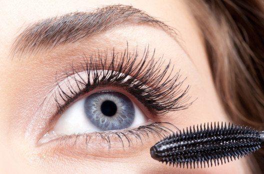 So ziemlich jede Frau wünscht sich lange, dichte und geschwungene Wimpern. (Bild: Serg Zastavkin – Shutterstock.com)