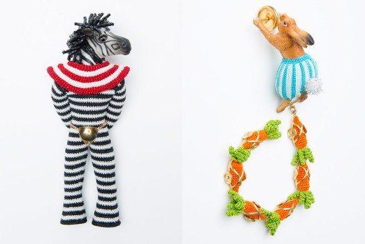 Links – Felieke van der Leest: Brooch 'Super Freak Zebra', 2007; Textilien, Glas, Gold, Plastik, Zirkon; Sammlung TextielMuseum Tilburg (Inv. Nr.: BK0868). Rechts – Felieke van der Leest: Hare O'Harix and his six carrots', 2004: Textilien, Gold, Kunststoff; Sammlung TextielMuseum Tilburg (Inv. Nr.: BK0710) (Bilder: Tommy de Lange im Auftrag des TextielMuseums Tilburg)