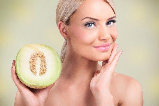 Als Vitamine, oder Vorstufe für Vitamine, haben die Antioxidantien Vitamin C und Vitamin E eine sehr gut erwiesene Rolle für Ihre Haut. (Bild: © Lucky Business - shuterstock.com)
