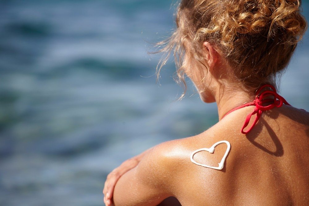 Eines der wichtigsten Beauty-Produkte für deinen Sommerurlaub, ist Sonnencreme. (Bild: © Zoom Team - shutterstock.com)