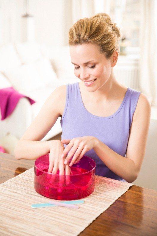 Ein warmes Handbad weicht harte Nagelhaut auf und pflegt mit sanften Zusätzen strapazierte Haut. (Bild: © silicea)