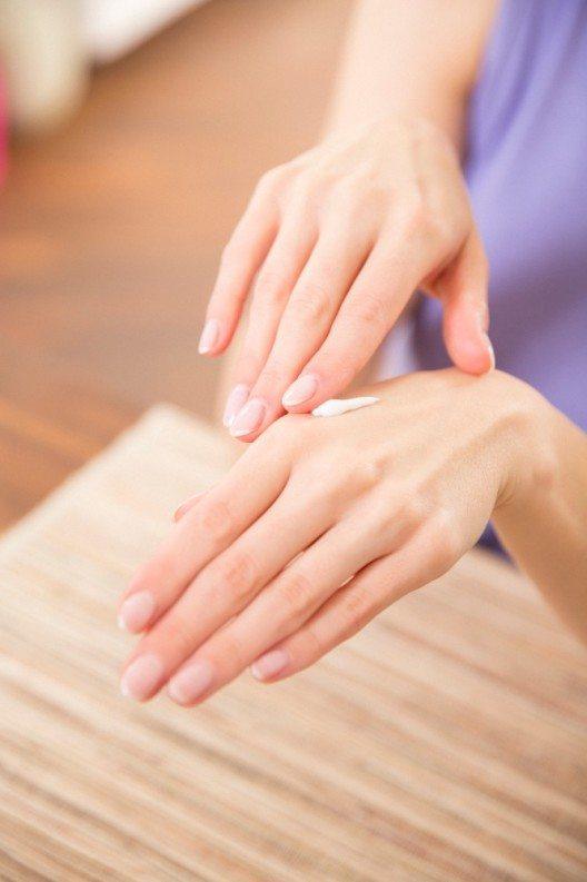 Eine pflegende Handcreme zum einmassieren nutzen. (Bild: © silicea)