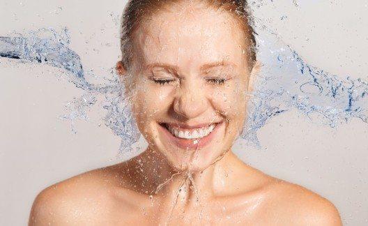 Flüssigkeitszufuhr für Ihre Haut (Bild: © Evgeny Atamanenko - shutterstock.com)