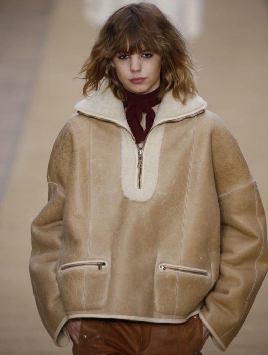 Ein Element, auf das in diesem Jahr nicht verzichtet werden darf, ist der übergrosse XXL Ärmel. (Bild: FashionStock.com – Shutterstock.com)