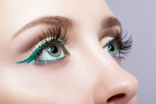 Farbiger Eyeliner steht auf der Liste der Must-Have-Make-up-Trends für den Herbst. (Bild: Serg Zastavkin – Shutterstock.com)