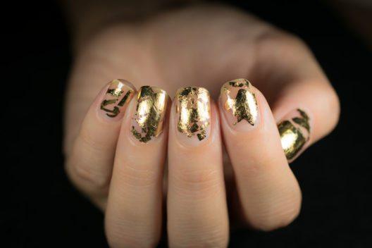 Blattgold ist nicht nur im Gesicht ein cooles Herbst-Accessoire. (Bild: Minszka – Shutterstock.com)