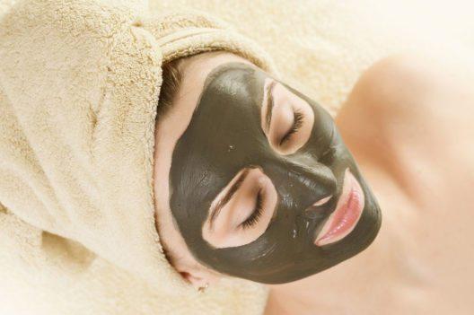 Grüne Tonerden sind sehr gut für fettige und unreine Haut in Form einer klärenden Maske geeignet. (Bild: Subbotina Anna – Shutterstock.com)