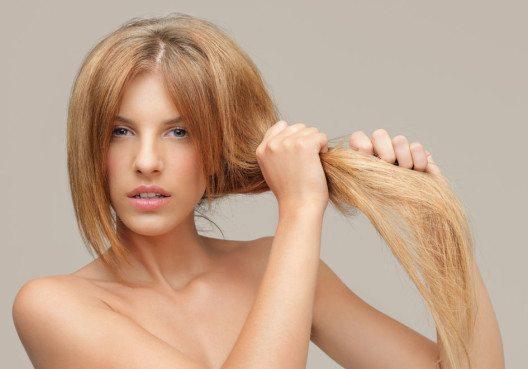 Bei angegriffenem Haar geht die Feuchtigkeit schnell verloren. (Bild: Comaniciu Dan – Shutterstock.com)