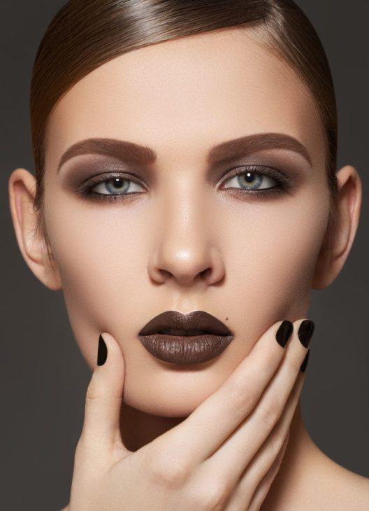 Ein weiterer Trend sind dunkelbraune Lippen in verführerischen Schokoladen-Farben. (Bild: Seprimor – Shutterstock.com)
