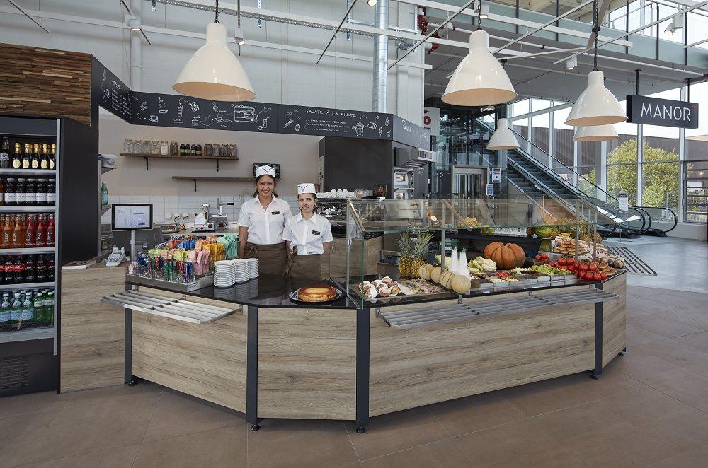 Im Erdgeschoss bietet das Manora Restaurant auf 100 Quadratmetern eine grosse Auswahl hausgemachter Speisen und Desserts aller Art in entspanntem Ambiente.
