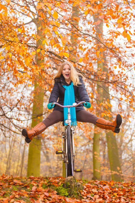 Aktive Frau, die Spass am Fahrrad fahren im Herbst Park (Bild: © PantherMedia / Krzysztof)