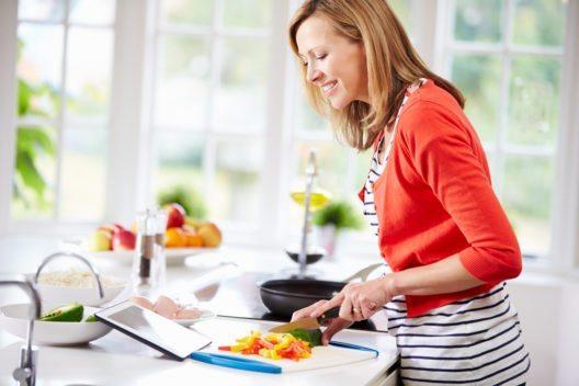 Obst und Gemüse sind gut für die Gesundheit und machen glücklich. (Bild: © Monkey Business Images - shutterstock.com)
