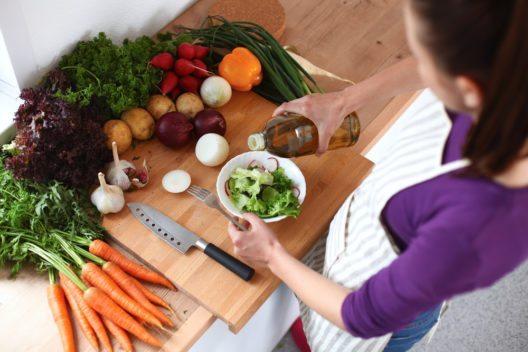 Der Speiseplan sollte Obst, Gemüse und Salate beinhalten. (Bild: © sheff - shutterstock.com)