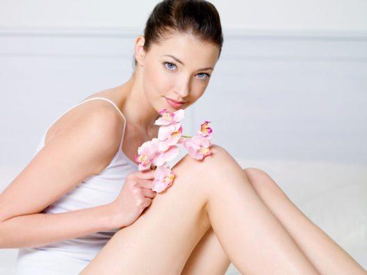 Sehr ratsam ist, das Eincremen nach der Reinigung in die Körperpflege einzubinden. (Bild: © Valua Vitaly - shutterstock.com)