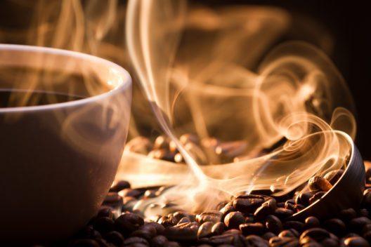 Kaffeduft - nicht nur beim Trinken angenehm (Bild: © Shaiith / Shutterstock.com)