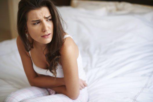 Mit der richtigen Ernährung lassen sich PMS Beschwerden lindern. (Bild: © gpointstudio - istockphoto.com)