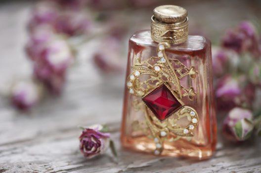 Kosmetik und Parfum stehen bei beiden Geschlechtern ganz weit oben auf dem Wunschzettel. (Bild: darkbird77 – istockphoto.com)