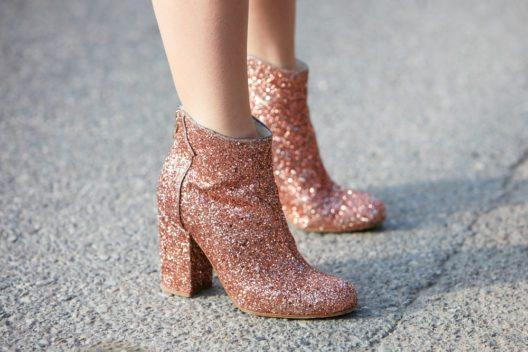 Ein schlichtes Outfit kann durch glitzernde Schuhe aufgepeppt werden. (Bild: andersphoto – Shutterstock.com)