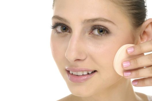 Mit dem Schwamm kann man die Foundation nur grossflächig auftragen. (Bild: cameilia – Shutterstock.com)