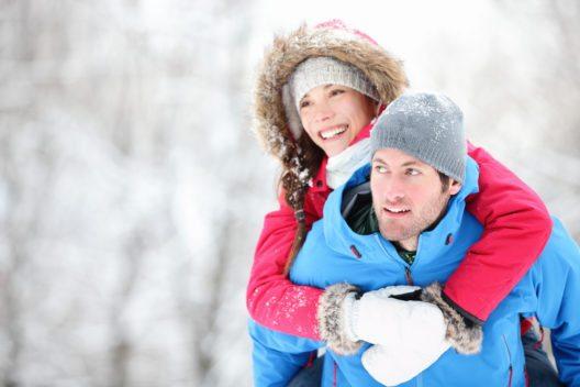 Wenn man im Winter wandern geht, sollte man mehr als sonst auf die richtige Bekleidung achten. (Bild: Maridav – Shutterstock.com)