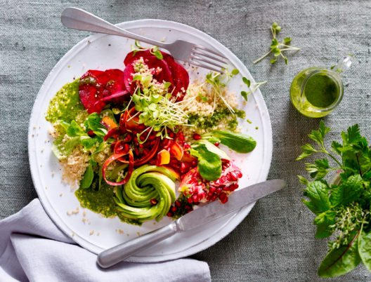 Superfood-Salat mit Matcha-Dressing (Bild: Emcur)