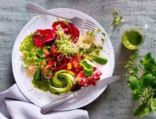 Superfood-Salat mit Matcha-Dressing (Bild: Emcur)