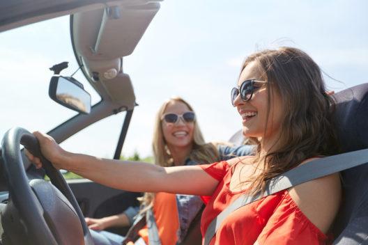 Der passende Look für die Ausfahrt mit dem Cabrio (Bild: Syda Productions - shutterstock.com)