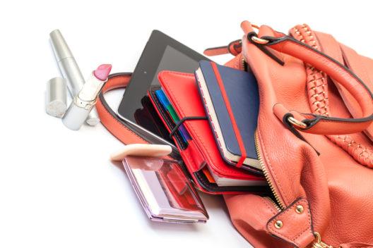 Lippenstifte & Co. passen glücklicherweise in jede Handtasche. (Bild: Discovod - shutterstock.com