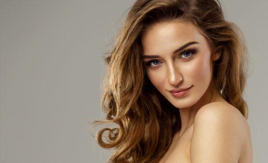 Ein dezentes Make-up ist eine ideale Basis für den summer glow. (Bild: kiuikson - shutterstock.com)
