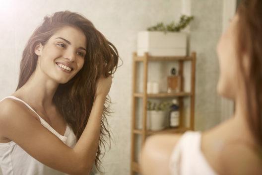Mit richtiger Pflege zu gesundem, glänzendem Haar (Bild: Ollyy - shutterstock.com)