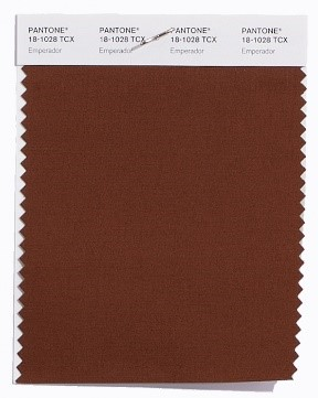 PANTONE 18-1028 Emperador: Das satte und an Schokolade erinnernde Emperador fügt der Frühjahrspalette 2018 Stärke und Substanz hinzu.