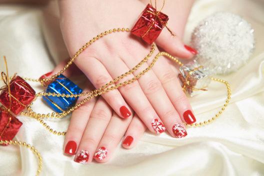 Nailart - passend zu Weihnachten (Bild: Ciobanu - shutterstock.com)