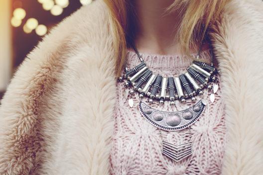 Auffällige Halsketten im Winter (Bild: Victoria Chudinova - shutterstock.com)