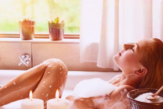 In der Badewanne die Seele baumeln lassen (Bild: Anna Om - shutterstock.com)