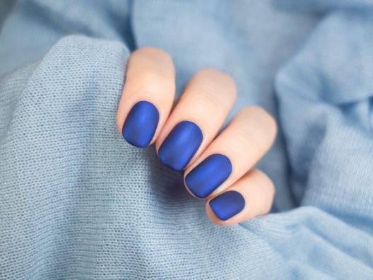 Blaue Nägel als Hingucker (Bild: Minszka - shutterstock.com)