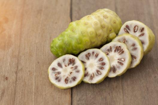 Superfrucht Noni mit heilender Wirkung (Bild: RIDTHISING - shutterstock.com)
