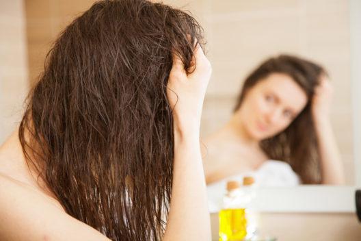 Schöne Haare mit ausreichend Feuchtigkeit (Bild: Maryna Pleshkun - shutterstock.com)