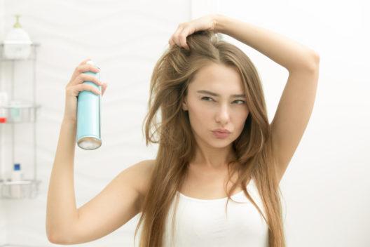 Mehr Haarvolumen mit Haarspray (Bild: fizkes - shutterstock.com)