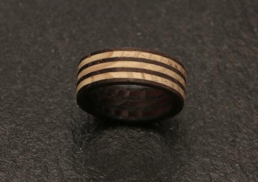 Ring mit Zebramuster aus Fichte und Räuchereiche. (Bild: ZZdesig)