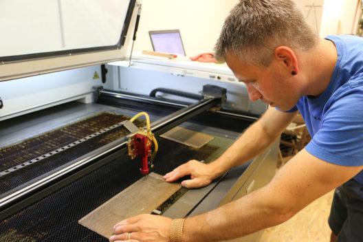 Bei der Fertigung der Schmuckstücke werden Muster in die Furnierblätter gelasert. (Bildquelle: IFN)