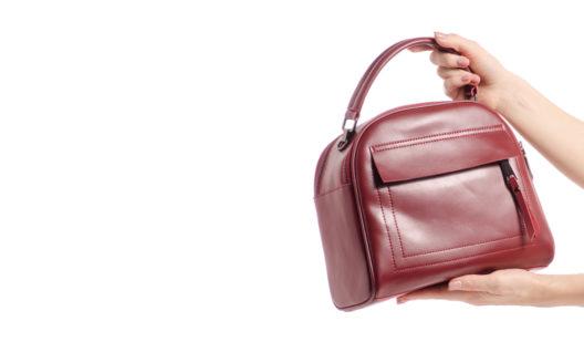 Angesagt: Taschen in Burgunderrot (Bild: Evgeny Kabardin - shutterstock.com)