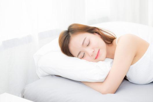 Schönheitsschlaf - aber bitte ohne Make-up! (Bild: Narith Thongphasuk - shutterstock.com)