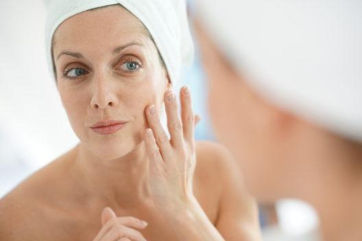 Pflanzenhormone für die Haut in der Menopause (Bild: goodluz - shutterstock.com)
