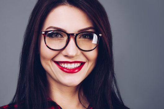 Ausdrucksstarke Brillen sind im Trend. (Bild: Jet Cat Studio - shutterstock.com)