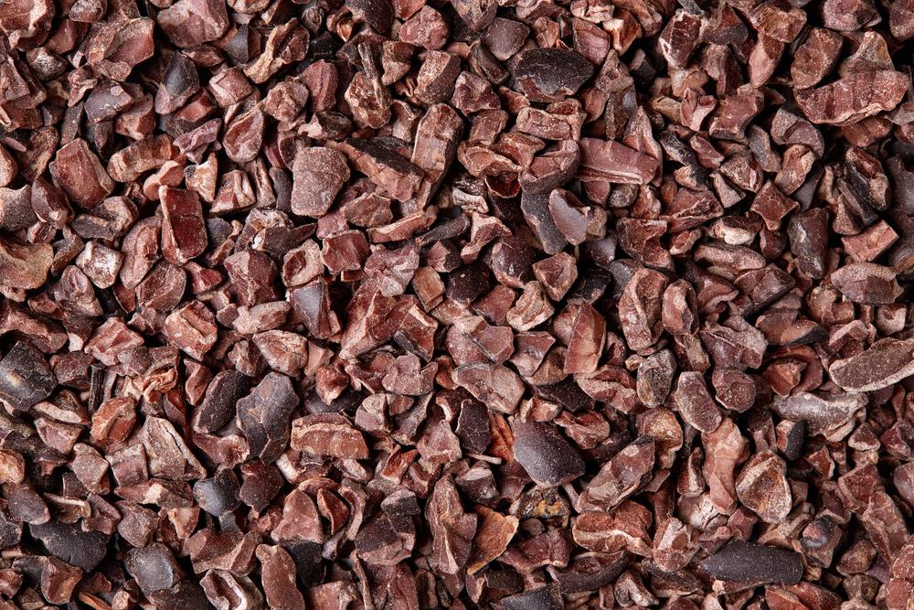 Kakaonibs: am besten in Rohkostqualität kaufen, dann haben sie maximalen Nährstoffgehalt. (Bild: bigacis / shutterstock)