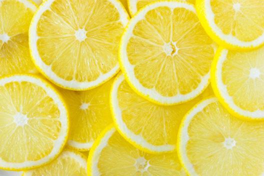Shampoo mit Zitronensaft mischen (Bild: Ollinka – shutterstock.com)