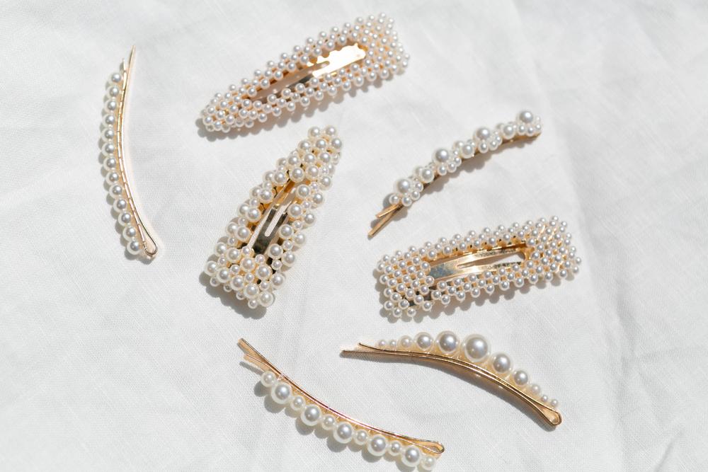 Haarspangen mit Perlen liegen im Trend. (Bild:Deidre Schlabs - shutterstock)
